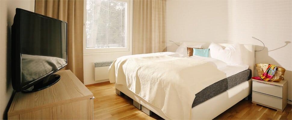 Schlafzimmer mit Bett in der Ferienwohnung Wörthersee bei Seevillen Excelsior